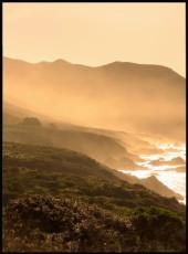 Photographie d'un coucher de soleil sur la côte. Cette affiche appose des tons de couleur jaunâtre.