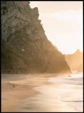 Affiche d'un coucher de soleil se plaçant derrière un roché.