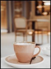 Photographie d'une tasse de chocolat chaud vide et de sa soucoupe rose.
