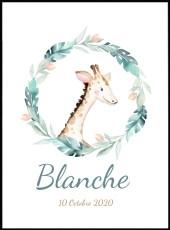 Portrait de girafe de profil dans une couronne de fleurs et de feuilles. Ce poster est réalisé en effet aquarelle et est personnalisable avec le prénom de votre enfant.